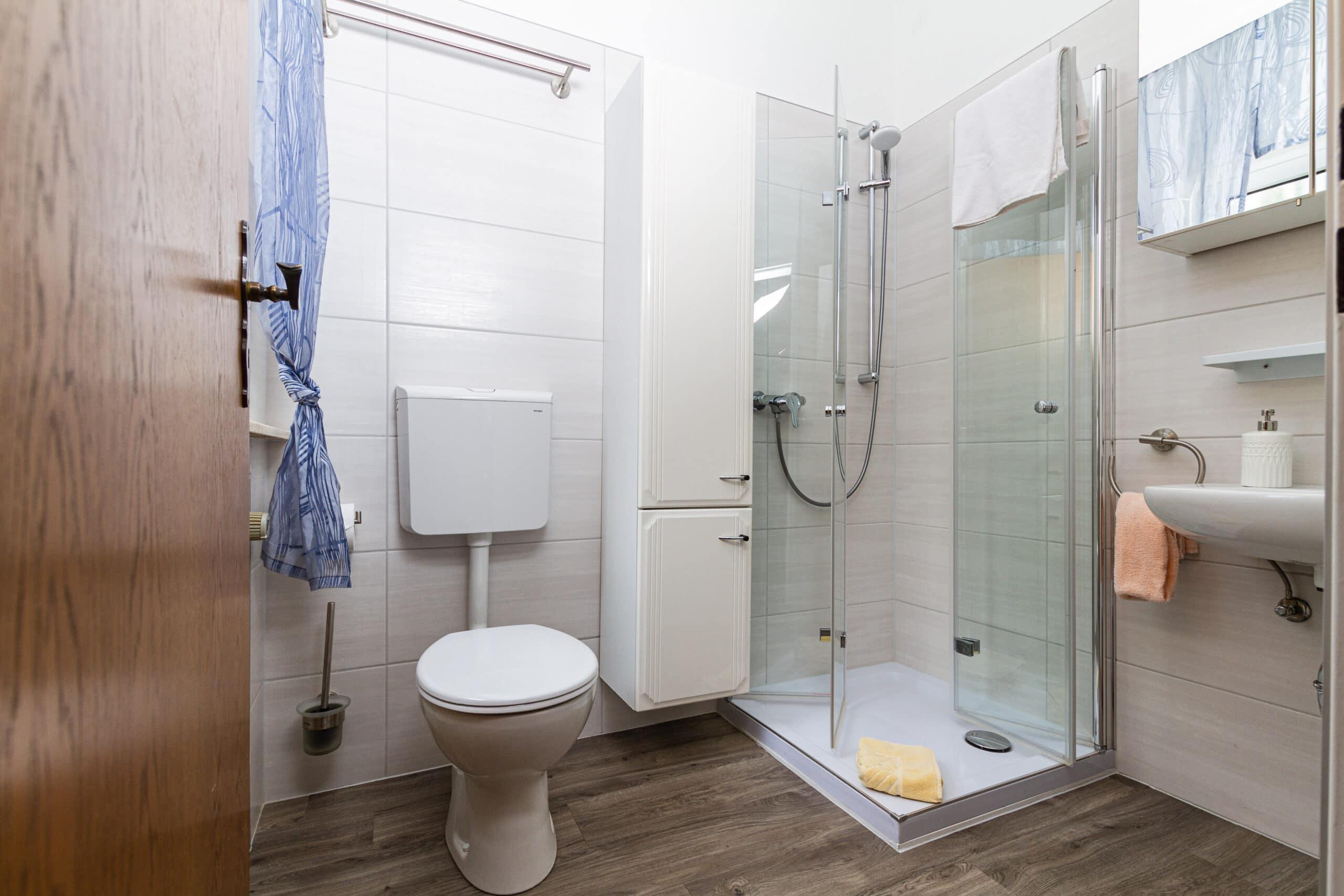 Geräumiges Badezimmer direkt auf dem Hotel-Zimmer
