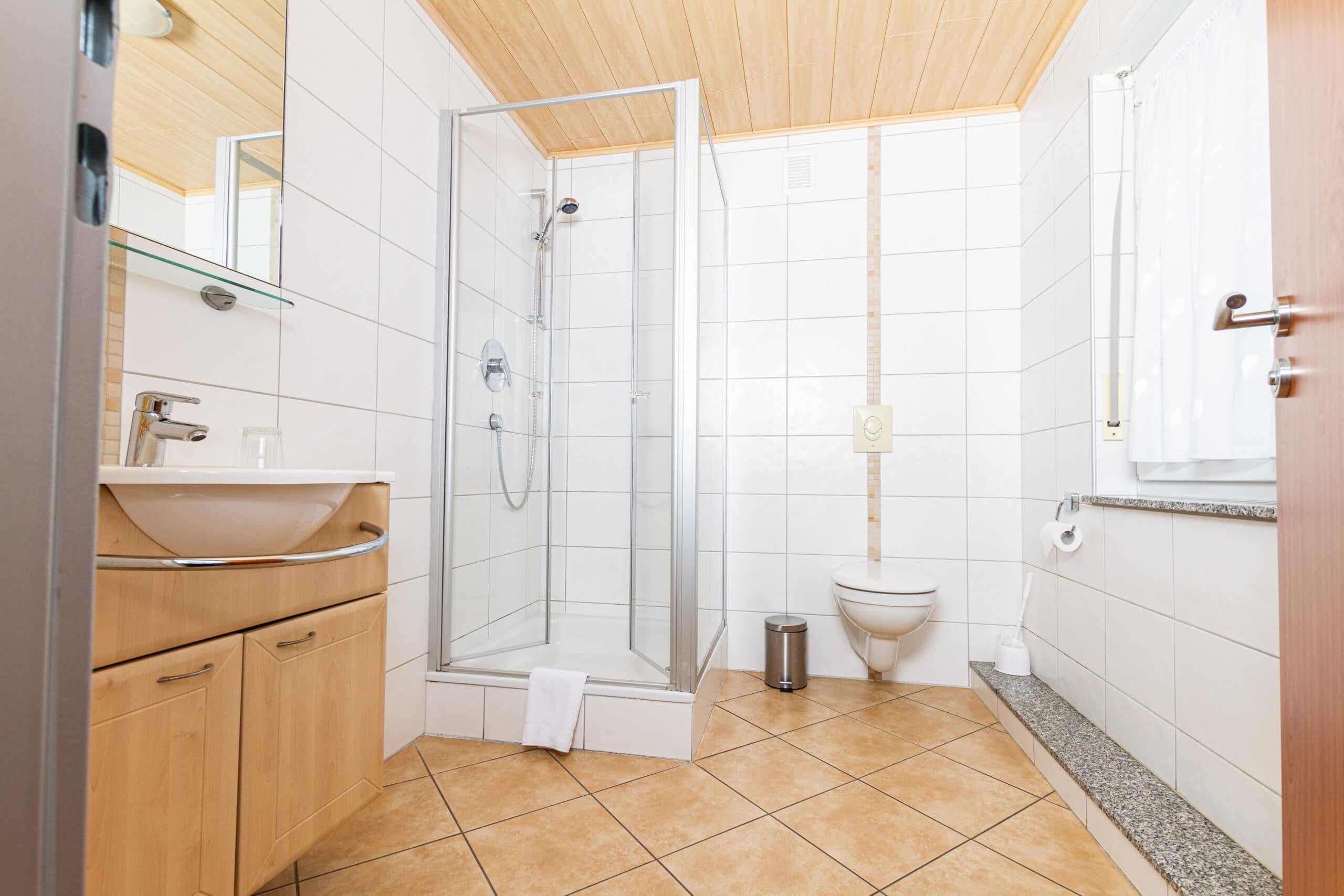 Großes Bad im Hotel-Zimmer mit Echtglasdusche, Fenster und WC